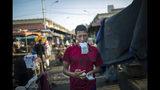 En la imagen, tomada el 16 de mayo de 2019, un vendedor en un mercado de segunda mano cuenta billetes de bolívares en Maracaibo, Venezuela. Maracaibo es la segunda ciudad de Venezuela, que en su día fue el corazón de la floreciente industria petrolera nacional. (AP Foto/Rodrigo Abd)