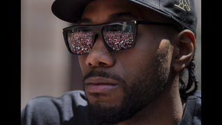 Leonard quiet on future as Raptors celebrate with parade