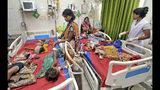 En esta imagen, tomada el 18 de junio de 2019, niños con síntomas de encefalitis aguda son atendidos en el hospital universitario Sri Krishna de Muzaffarpur, en el estado de Bihar, India. (AP Foto/Aftab Alam Siddiqui)
