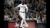 El jugador de los Padres de San Diego Logan Allen reacciona tras anotar en un error de lanzamiento del tercera base de los Cerveceros de Milwaukee Mike Moustakas, en el quinto inning de su juego de béisbol el martes 18 de junio de 2019 en San Diego. (AP Foto/Gregory Bull)