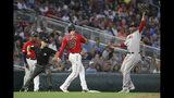 El jugador de los Medias Rojas de Boston Rafael Devers sostiene la pelota en una jugada en tercera base durante el sexto inning del juego de la MLB que enfrentó a su equipo con los Mellizos de Minnesota, el 18 de junio de 2019, en Minneapolis. (AP Foto/Stacy Bengs)