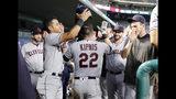 Jason Kipnis, de los Indios de Cleveland, es felicitado en la cueva luego de conectar un jonrón, en la quinta entrada del encuentro ante los Rangers de Texas, el miércoles 19 de junio de 2019 (AP Foto/Tony Gutiérrez)