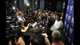 Zion Williamson, un jugador novato de básquetbol de la Universidad Duke, asiste a una rueda de prensa previa al Draft de la NBA, el miércoles 19 de junio de 2019 en Nueva York. (AP Foto/Mark Lennihan)