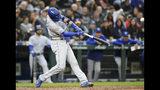 El jugador de los Reales de Kansas City Whit Merrifield conecta un jonrón de tres carreras contra los Marineros de Seattle durante el cuarto inning de su juego de béisbol el martes 18 de junio de 2019 en Seattle, Estados Unidos. (AP Foto/Elaine Thompson)