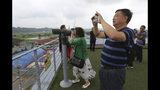 Visitantes chinos miran hacia el lado norcoreano de la frontera desde el Imjingak Pavilion, cerca de la zona desmilitarizada de Panmunjom, en Paju, Corea del Sur, el 20 de junio de 2019. (AP Foto/Ahn Young-joon)