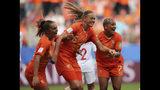 La holandesa Anouk Dekker, centro, celebra tras anotar el primer gol del cuadro en el partido del Mundial femenino contra Canadá, el jueves 20 de junio de 2019, en Reims, Francia. (AP Foto/Francisco Seco)
