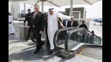 El secretario de Estado de Estados Unidos Mike Pompeo, a la izquierda, camina junto al ministro del Exterior de Arabia Saudí, Ibrahim Abdulaziz Al-Assaf, a la llegada de Pompeo a Yidda, Arabia Saudí, el lunes 24 de junio de 2019. (AP Foto/Jacquelyn Martin, Pool)