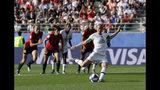 Megan Rapinoe (15) anota el segundo gol de Estados Unidos en duelo ante España por los octavos de final del Mundial femenino, el lunes 24 de junio de 2019, en el estadio Auguste-Delaune de Reims, Francia. (AP Foto/Alessandra Tarantino)