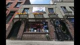 Foto del bar Stonewall de Nueva York del 29 de mayo del 2014. En junio de 1969 un allanamiento policial radicalizó el movimiento de defensa de los derechos de los gays y es recordado como un hito en esa lucha. (AP Photo/Richard Drew, File)