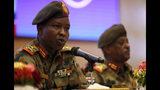 Shamseddine Kabbashi, portavoz del Consejo Militar gobernante de Sudán, hace declaraciones a la prensa en el Palacio Presidencial en Jartum, Sudán, el domingo 23 de junio de 2019. (AP Foto/Hussein Malla)