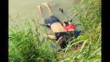ATENCIÓN: IMÁGENES EXPLÍCITAS - Los cuerpos del migrante salvadoreño Óscar Alberto Martínez Ramírez y su hija Valeria, de casi 2 años de edad, yacen en la orilla del Río Bravo en Matamoros, México, el lunes 24 de junio de 2019, después de ahogarse en su intento por cruzar el río para llegar a Brownsville, Texas. La imagen fue publicada en primera instancia por el periódico La Jornada, de México. (AP Foto/Julia Le Duc)