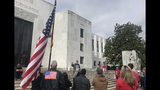 Esta foto del domingo 23 de junio del 2019 muestra un pequeño grupo de republicanos del área apoyando a senadores de su partido que boicotean una propuesta de ley demócrata, afuera del Capitolio estatal en Salem, Oregon. (AP Foto/Sarah Zimmerman)