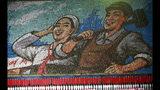 Norcoreanos sostienen tarjetas para formar un mosaico con la imagen de un trabajador y una agriculturo durante una exhibición deportiva, en Pyongyang, Corea del Norte, el 25 de junio de 2019. (AP Foto/Cha Song Ho)