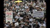 Miles de personas se sumaron a un acto de protesta en Hong Kong el miércoles 26 de junio de 2019 por la noche contra un proyecto de ley que temen recorte las libertades de la ciudad, tras una jornada de exhortación a los gobernantes que asistirán a una cumbre del G20. (AP Photo/Kin Cheung)
