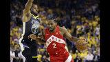 ARCHIVO - En esta foto del 13 de junio de 2019, Kawhi Leonard (2), de los Raptors de Toronto, trata de abrirse paso ante Andre Iguodala (9), de los Warriors de Golden State, en la Final de la NBA. (AP Foto/Ben Margot, Archivo)