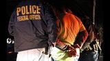 ARCHIVO - En esta fotografía de archivo del 22 de octubre de 2018, agentes del Servicio de Control de Inmigración y Aduanas detienen a una persona durante una redada en Richmond, Virginia. (AP Foto/Steve Helber, archivo)