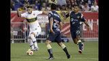 El delantero Mauro Zárate, izquierda, del Boca Juniors, avanza ante los defensores del club mexicano América, en un partido por la Colossus Cup en Harrison, Nueva Jersey, el miércoles 3 de julio de 2019. (AP Foto/Seth Wenig)