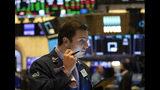 En esta imagen del 5 de julio de 2019, el operador Benjamin Tuchman trabaja en la Bolsa de Valores de Nueva York. (AP Foto/Mark Lennihan, Archivo)