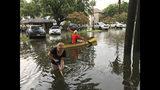 Personas realizan trabajos de limpieza después de una intensa tormenta en el vecindario Broadmoor de Nueva Orleans, el miércoles 10 de julio de 2019. (Nick Reimann/The Advocate via AP)