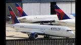 ARCHIVO - Fotografía de archivo del 20 de abril de 2010 de aviones de Delta Air Lines en el aeropuerto internacional John F. Kennedy en Nueva York. (AP Foto/Mark Lennihan)