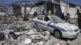 Escombros cubren el piso y un vehículo policial tras un ataque aéreo sobre un centro de detención en Tajoura, en el este de Trípoli, Libia, el 3 de julio de 2019. (AP Foto/Hazem Ahmed)
