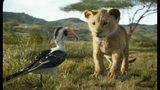 """Los personajes Zazú, con la voz de John Oliver, y el pequeño Simba, con la voz de JD McCrary, en una escena de """"El Rey León"""" en una imagen proporcionada por Disney. (Disney vía AP)"""