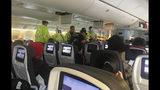 Fotografía proporcionada por Hurricane Fall de rescatistas atendiendo a un pasajero de un vuelo de Air Canada rumbo a Australia que fue desviado al aeropuerto internacional Daniel K. Inouye en Honolulu el jueves 11 de julio de 2019. (Tim Tricky/Hurricane Fall vía AP)