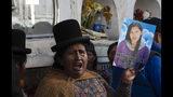 Una familiar reclama justicia durante el entierro de Mery Vila, quien fue asesinada por su pareja a golpes de martillo en la cabeza en La Paz, Bolivia, el jueves 11 de julio de 2019. (AP Foto / Juan Karita)