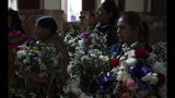 Las mujeres sostienen coronas de flores durante el funeral de Mery Vila en La Paz, Bolivia, el jueves 11 de julio de 2019. La pareja de Vila mató a la mujer de 26 años golpeándola varias veces en la cabeza. El de Vila es uno de los 69 feminicidios reportados en Bolivia desde enero, la cifra más alta en seis años en el mismo período. (AP Foto / Juan Karita)