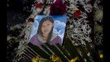 Una foto de Mery Vila se ubica sobre el ataúd que contiene sus restos durante su funeral en La Paz, Bolivia, el jueves 11 de julio de 2019. La pareja de Vila mató a la mujer de 26 años golpeándola varias veces en la cabeza. El de Vila es uno de los 69 feminicidios reportados en Bolivia desde enero, la cifra más alta en seis años en el mismo período. (AP Foto / Juan Karita)