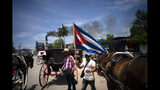 En esta foto del 14 de junio de 2019, los carruajes tirados por caballos utilizados para dar paseos a los turistas permanecen inactivos mientras los cocheros detienen su trabajo para participar en una manifestación organizada con el gobierno cubano en contra del artículo tres de la Ley Helms-Burton de 1996, en La Habana, Cuba. (AP Foto / Ramón Espinosa)