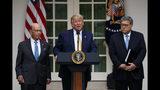 El presidente Donald Trump pronuncia unas palabras acompañado del secretario de Comercio, Wilbur Ross, a la izquierda, y el secretario de Justicia, William Barr, durante un acto relacionado con el próximo censo, en la Rosaleda de la Casa Blanca en Washington, el jueves 11 de julio de 2019. (AP Foto/Carolyn Kaster)