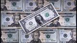 Foto de billetes de dólar estadounidenses del 15 de febrero del 2018, tomada en East Derry, New Hampshire. La Reserva Federal cree que un largo período de inflación baja puede resultar negativo para la economía y estaría dispuesta a bajar las tasas de interés a corto plazo para contarrestar ese fenómeno. (AP Photo/Charles Krupa, File)