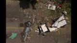 Camiones y restos aparecen regados en el piso tras una explosión de gas propano en un depósito en Mejicanos, El Salvador, el viernes 12 de julio de 2019. (AP Foto/Salvador Melendez)