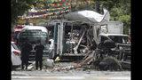 Oficiales de policía de una unidad de armas y explosivos investigan los restos tras una explosión en un depósito en Mejicanos, El Salvador, el viernes 12 de julio de 2019. (AP Foto/Salvador Melendez)