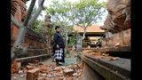Un hombre balinés observa un templo dañado por un sismo en Bali, Indonesia, el 16 de julio de 2019. (AP Foto/Firdia Lisnawati)