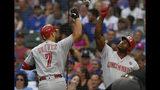 El venezolano Eugenio Suárez festeja con el cubano Yasiel Puig, su compañero en los Rojos de Cincinnati, luego de conectar un jonrón solitario en el primer inning del duelo realizado el lunes 15 de julio de 2019, ante los Cachorros de Chicago (AP Foto/Paul Beaty)