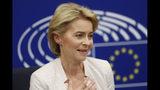 La alemana Ursula von der Leyen conversa con la prensa después de que el Parlamento Europeo la ratificara como próxima presidenta de la Comisión Europea en Estrasburgo en el este de Francia, el martes 16 de julio de 2019. (AP Foto/Jean-Francois Badias)