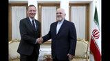 El ministro iraní de Exteriores, Mohammad Javad Zarif, a la derecha, estrecha la mano del enviado presidencial francés Emmanuel Bonne, mientras posan para los fotógrafos en Teherán, Irán, el 10 de julio de 2019. (AP Foto/Ebrahim Noroozi)