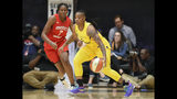 ARCHIVO - En esta foto de archivo, Riquna Williams, de las Sparks de Los Ángeles, dribla a Ariel Atkins, de las Mystics de Washington en un partido de la WNBA (AP foto/Nick Wass, File)