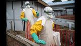 En esta fotografía tomada el sábado 13 de julio de 2019, trabajadores de salud provistos de trajes protectores comienzan su turno en un centro de atención para pacientes con ébola en Beni, en la República Democrática del Congo. (AP Foto/Jerome Delay)