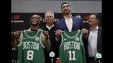 Las nuevas adquisiciones de los Celtics de Boston, el base Kemba Walker (8) y el pívot Enes Kanter (11), posan con sus jerseys del equipo en las instalaciones de entrenamiento de la franquicia de la NBA, el miércoles 17 de julio de 2019, en Boston. (AP Foto/Elise Amendola)