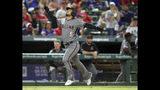 El venezolano Eduardo Escobar, de los Diamondbacks de Arizona, festeja luego de conseguir un jonrón de tres carreras en el sexto inning del encuentro del miércoles 17 de julio de 2019, ante los Rangers de Texas (AP Foto/Richard W. Rodriguez)