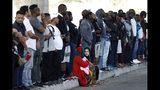 Muchas personas hacen línea en la frontera norte de México para solicitar asilo en Estados Unidos, el martes 16 de julio del 2019, en Tijuana, México. (AP Foto/Gregory Bull)