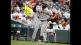 El jugador de los Gigantes de San Francisco, el colombiano Donovan Solano, celebra mientras recorre las bases tras conectar un jonrón solitario ante el abridor de los Rockies de Colorado, Jon Gray, en el sexto inning de un juego de béisbol el 17 de julio de 2019, en Denver. (AP Foto/David Zalubowski)