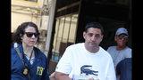 El sospechoso Thomas Gambino, derecha, es detenido durante un operativo dirigido por la policía italiana y el FBI en Palermo, Italia, el miércoles 17 de julio de 2019. (Igor Petix/ANSA vía AP)