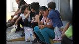 Migrantes esperando en un centro de inmigración en el Puente Internacional I en Nuevo Lared, México, el martes 16 de julio de 2019. (AP Foto/Marco Ugarte)