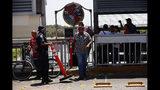 Gente haciendo fila para cruzar la frontera a Estados Unidos en el Puente Internacional I en Nuevo Laredo, México, el martes 16 de julio de 2019. (AP Foto/Marco Ugarte)