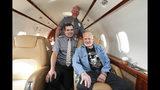 El astronauta Buzz Aldrin acompañado por el primer oficial Brad Meier y el capitán Travis Church vuela en un Flexjet Challenger 300, 17 de julio de 2019. Aldrin, el segundo hombre en pisar la luna, recorre el país en el 50 aniversario del histórico vuelo del Apolo 11. (Mark Von Holden/AP Images for Flexjet)