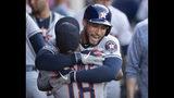 George Springer (atrás), de los Astros de Houston, recibe un abrazo de Tony Kemp, luego de conectar un jonrón solitario en el encuentro del jueves 18 de julio de 2019, ante los Angelinos de Los Angeles (AP Foto/Kyusung Gong)